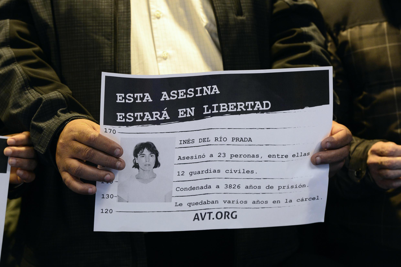 Militante da associação de vítimas do terrorismo segura cartaz com foto de Inés del Río.