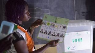 Des membres de la CEI comptent les votes dans un bureau électoral d'Abobo près d'Abidjan en 2018 (image d'illustration).