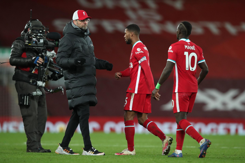 Le capitaine Georginio Wijnaldum et Sadio Mané réconfortés par l'entraîneur de Liverpool Jürgen Klopp après le revers inattendu contre Burnley à Anfield, le 21 janvier 2021