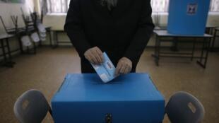 Os locais de votação abriram as portas nesta terça-feira (17) em Israel para eleições legislativas que podem gerar uma alternância no poder.