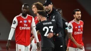 Le coach Jürgen Klopp et ses joueurs (Liverpool) après le match contre Arsenal, le 15 juillet 2020.