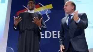 Muhammadu Buhari, le président nigérian, aux côtés de Pierre Gattaz, patron du Medef, lors du Forum économique de ce mardi 15 septembre à Paris.