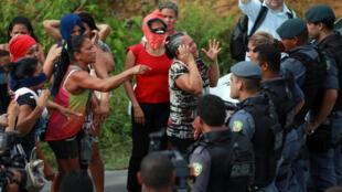 Des proches des prisonniers d'un centre pénitentier de Manaus, dans la jungle amazonienne, le 2 janvier.