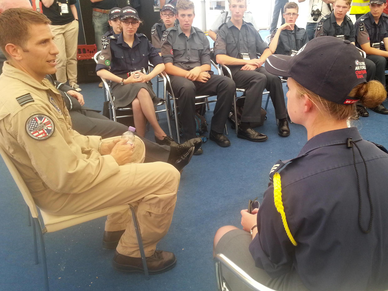 Un pilote britannique raconte son expérience à de jeunes cadets de la Royal Air Force.