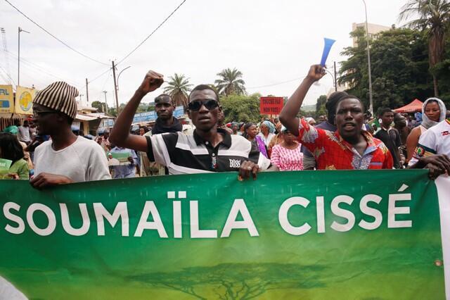 Les partisans du candidat perdant à l'élection présidentielle malienne, Soumaila Cissé du parti d'opposition URD, crient lors d'une manifestation contre ce qu'ils ont qualifié de fraude au décompte des voix au second tour. Bamako, le 18 août 2018.