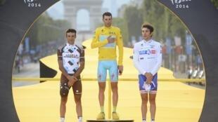Jean-Christophe Péraud (g) et Thibaut Pinot (d) entourent Vincenzo Nibali sur le podium du Tour de France 2014.