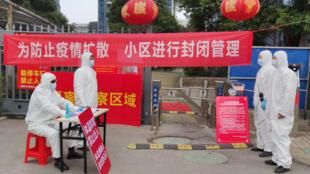 湖北武漢一小區外疫情防控人員資料圖片