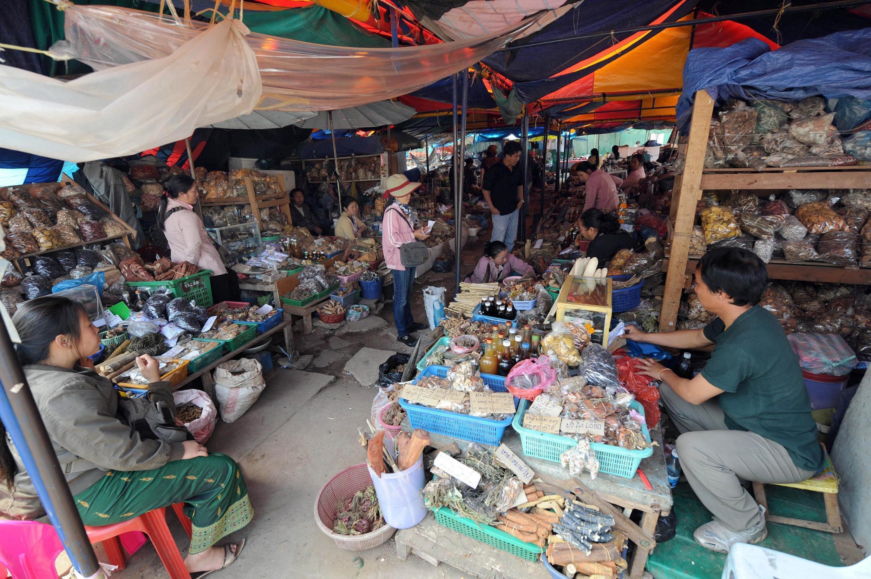 Un marché local où des herbes médicinales sont vendues à Vientiane au Laos, pays qui a largement recours à la médecine traditionnelle chinoise. (Image d'illustration)