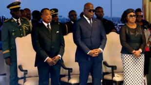 Le président congolais Félix Tshisekedi (C) accompagné de sa femme Denise Nyakeru, de Denis Sassou Nguesso assistent à l'inhumation d'Étienne Tshisekedi à Nsele près de Kinshasa, le 1er juin 2019.