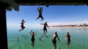 En Henley Beach, en Australia, jóvenes saltan al agua en un intento de refrescarse. El 17 de  diciembre del 2015,  la temperatura alcanzó 42,9°C.