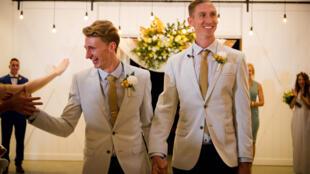 Cặp kết hôn đồng tính Úc đầu tiên Craig Burns (P) và Luke Sullivan.