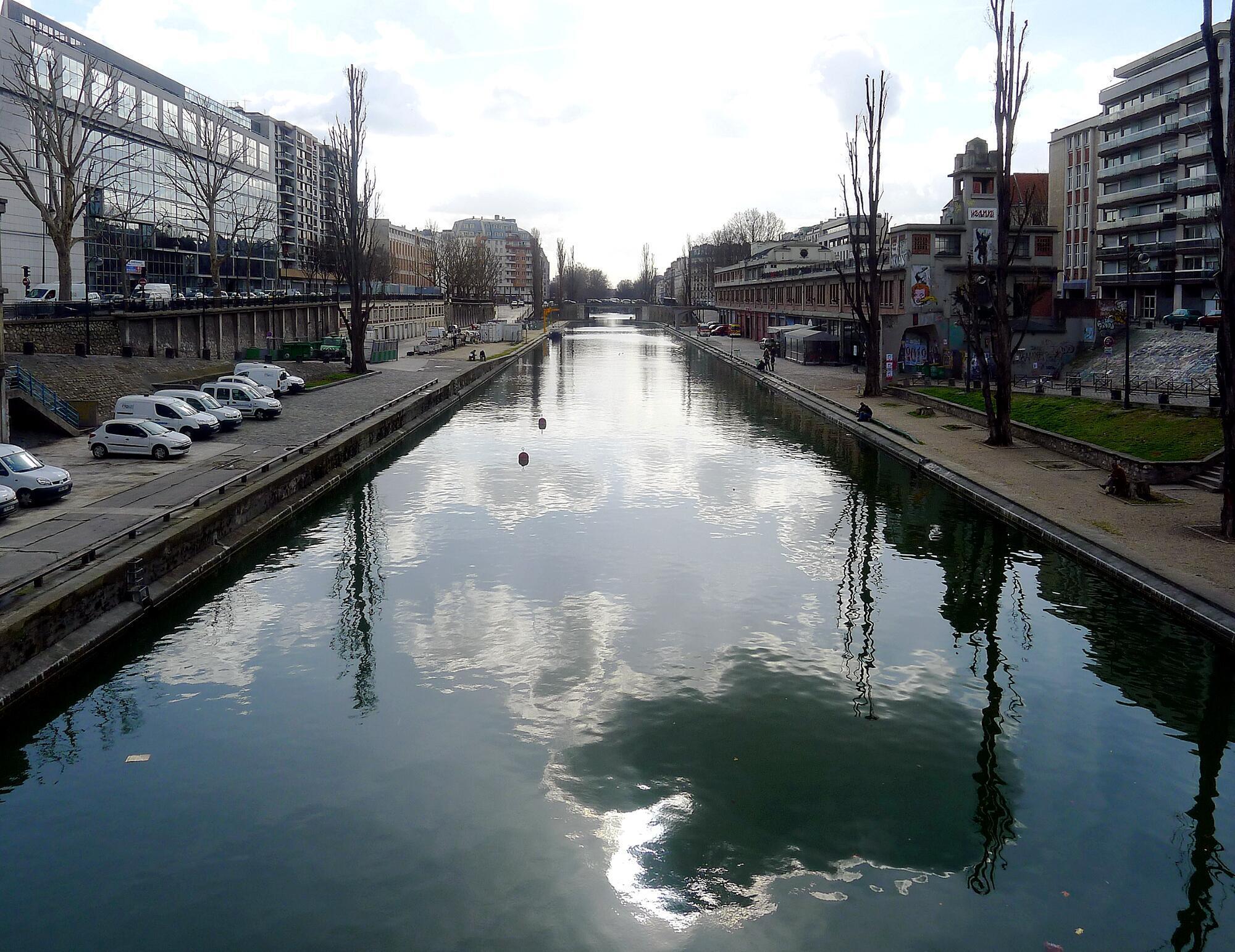 Começo do Canal Saint-Martin, visto da praça da Batalha de Stalingrado, situada no 19° distrito de Paris.