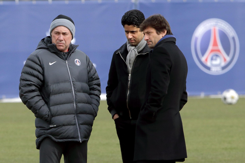 L'entraîneur italien du PSG Carlo Ancelotti (G), son président qatarien Nasser al-Khelaifi (C) et son directeur sportif brésilien Leonardo (D), le 5 mars 2013 au Camp des Loges.