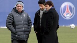 O técnico italiano do PSG, Carlo Ancelotti (à esq.), o presidente do clube, Nasser al-Khelaifi (centro) e o diretor esportivo Leonardo (à dir.), conversam em foto do início de março.