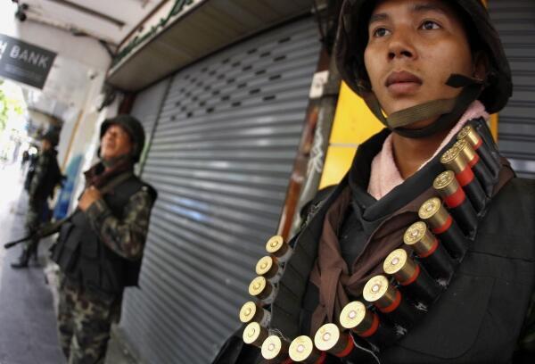 Soldados tailandeses en la calle Silom del distrito financiero de Bangkok.