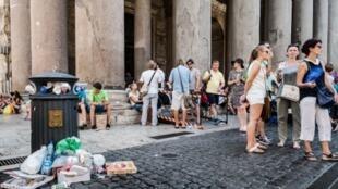 En Italie, dans le centre de Rome, les ordures sont jetées à même le sol près des poubelles pleines, un problème causé par  la mauvaise gestion du nettoyage des rues et du ramassage des  ordures de la société Ama.