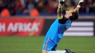 O goleiro Iker Casillas comemora a classificação da Espanha à fase semi-final do Mundial.