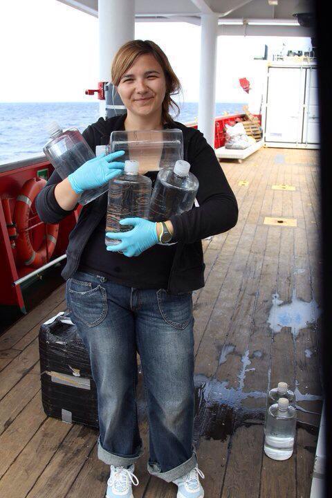 Mar Benavides con diversas muestras durante una expedición.