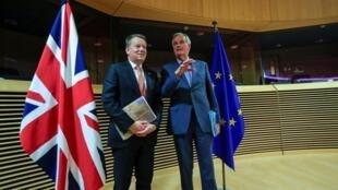 Mwakilishi wa Umoja wa Ulaya kwenye mazungumzo hayo  Michel Barnier na Mwakilishi wa Waziri Mkuu wa Uingereza   David Frost wakiwa jijini Brussels