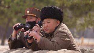 Lãnh đạo Bắc Triều Tiên Kim Jong Un giám sát các cuộc thử nghiệm tên lửa. Ảnh KCNA cung cấp ngày 09/03/2020.