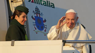 Papa Francisco acena ao embarcar para o Chile no Aeroporto Internacional Fiumicino em Roma, Itália, a 15 de Janeiro de 2018.