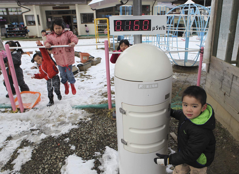 Un compteur Geiger installé dans un jardin d'enfants à 50 km du site nucléaire accidenté mesure les émissions radiactives. Nihonmatsu, le 25 février 2013.