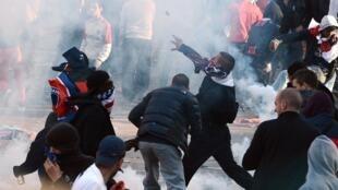 La fête pour le titre de champion du PSG s'est transformée en affrontements entre hooligans et forces de l'ore populaire pour célébrer le titre de champion du PSG s'est transformée en bataille entre hooligans et forces de l'ordre. Paris, le 13 mai 2013.