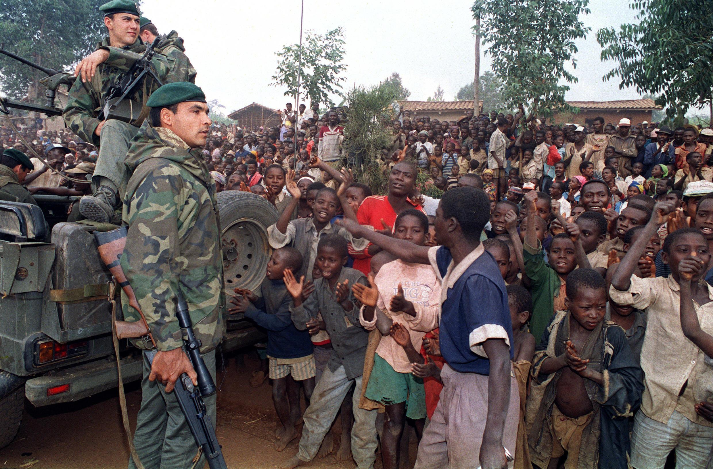Des soldats français à leur arrivée près de Butare, au Rwanda, le 3 juillet 1994, dix jours après le début de l'opération Turquoise.