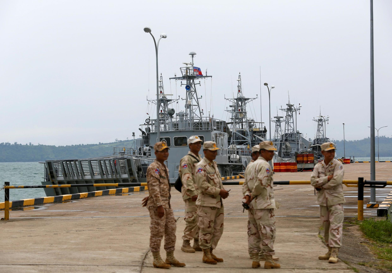 Ảnh minh họa : Thủy thủ đứng gác gần các tàu chở xăng dầu tại căn cứ hải quân Ream của Cam Bốt, gần Sihanoukville, ngày 26/07/2019.
