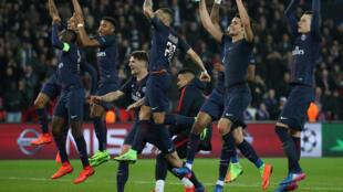 Os jogadores do PSG celebram a vitória de 4 a 0 sobre o Barcelona pela Liga dos Campeões da Europa.