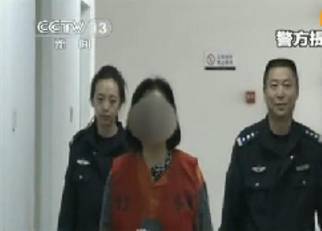 被指是高瑜(中)的女子被警察押送问话,但脸部被模糊化处理(中央电视台画面)
