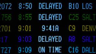 Tableau d'information d'un aéroport informant les passagers sur les avions retardés.