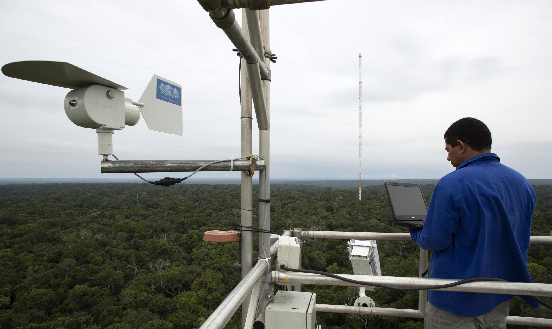 Đài quan sát  Amazon Tall Tower Observatory (ATTO)  thu thập dữ liệu về khí thải, nguồn nước, thời tiết . Ảnh chụp ngày 9/01/ 2015.