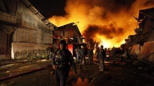 緬甸仰光郊區一倉庫爆炸 消防人員趕往救火 2011年12月29日