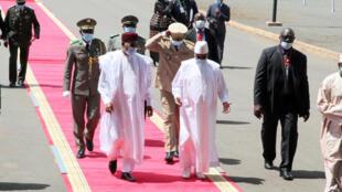 Rais wa Mali Ibrahim Boubacar Keïta, akiambatana na rais wa Niger Mahamadou Issoufou huko Bamako.