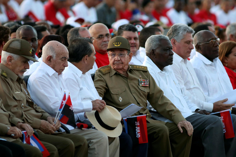 Chủ tịch Cuba Raul Castro (giữa) nói chuyện với con trai, Alejandro Castro Espin (thứ 3 từ trái) trong lễ kỷ niệm lần thứ 63 cuộc nổi dậy ở Moncada do Fidel lãnh đạo, 26/07/2016.