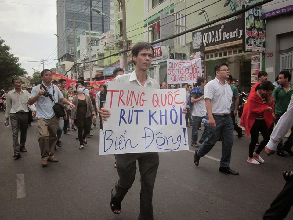 Nhà báo Phạm Chí Dũng trong một cuộc biểu tình chống thái độ hung hăng của Trung Quốc tại Biển Đông năm 2014.