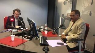 Le chef de la diplomatie du Niger, Mohamed Bazoum (d.) lors d'un précédent entretien à RFI, en novembre 2014.