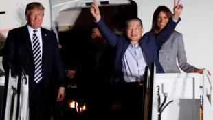 Tổng thống Mỹ Donald Trump và phu nhân đón tiếp ba công dân Mỹ vừa được Bắc Triều Tiên thả, tại căn cứ Không quân Andrews, ngày 10/05/2018.