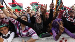 Mujeres libias celebran la liberación de Libia en la Plaza de los Mártires, después de 42 años del régimen instaurado por Kadafi, Trípoli 23 de octubre de 2011.