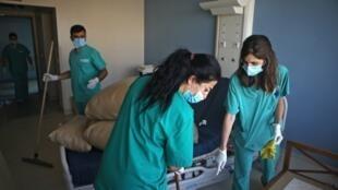 Des infirmières de l'hôpital Saint-Georges de Beyrouth nettoient une chambre endommagée par le souffle de l'explosion du 4 août.