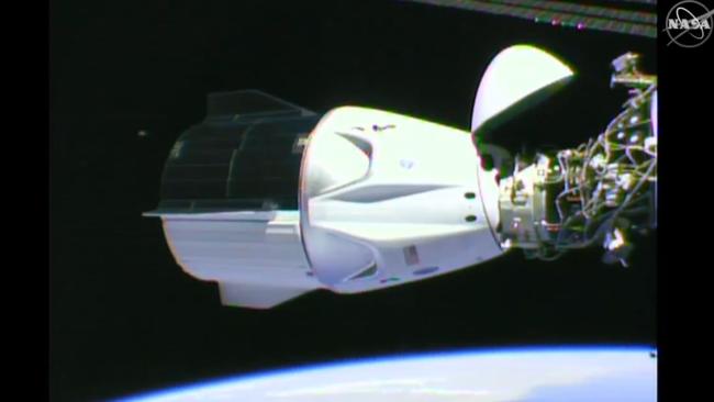 Jirgin 'yan sama jannati na 'Dragon Capsule' da kumbon Falcon-9 na kamfanin SpaceX, bayan isa tashar binciken kimiya ta ISS dake wajen duniya, dauke Douglas Hurley da Robert Behnken.