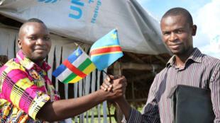 De gauche à droite: Teddy Kpanamna, président du Club RFI de Molé et Félix Kabena, président du Club RFI de Kinshasa, dans le camp des réfugiés centrafricains en République Démocratique du Congo.
