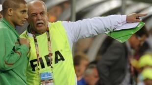 Le coach algérien Rabah Saadane (d) s'adressant à Adlane Guedioura lors du match contre l'Angleterre au stade Green Point à Cape Town, le 18 juin 2010.