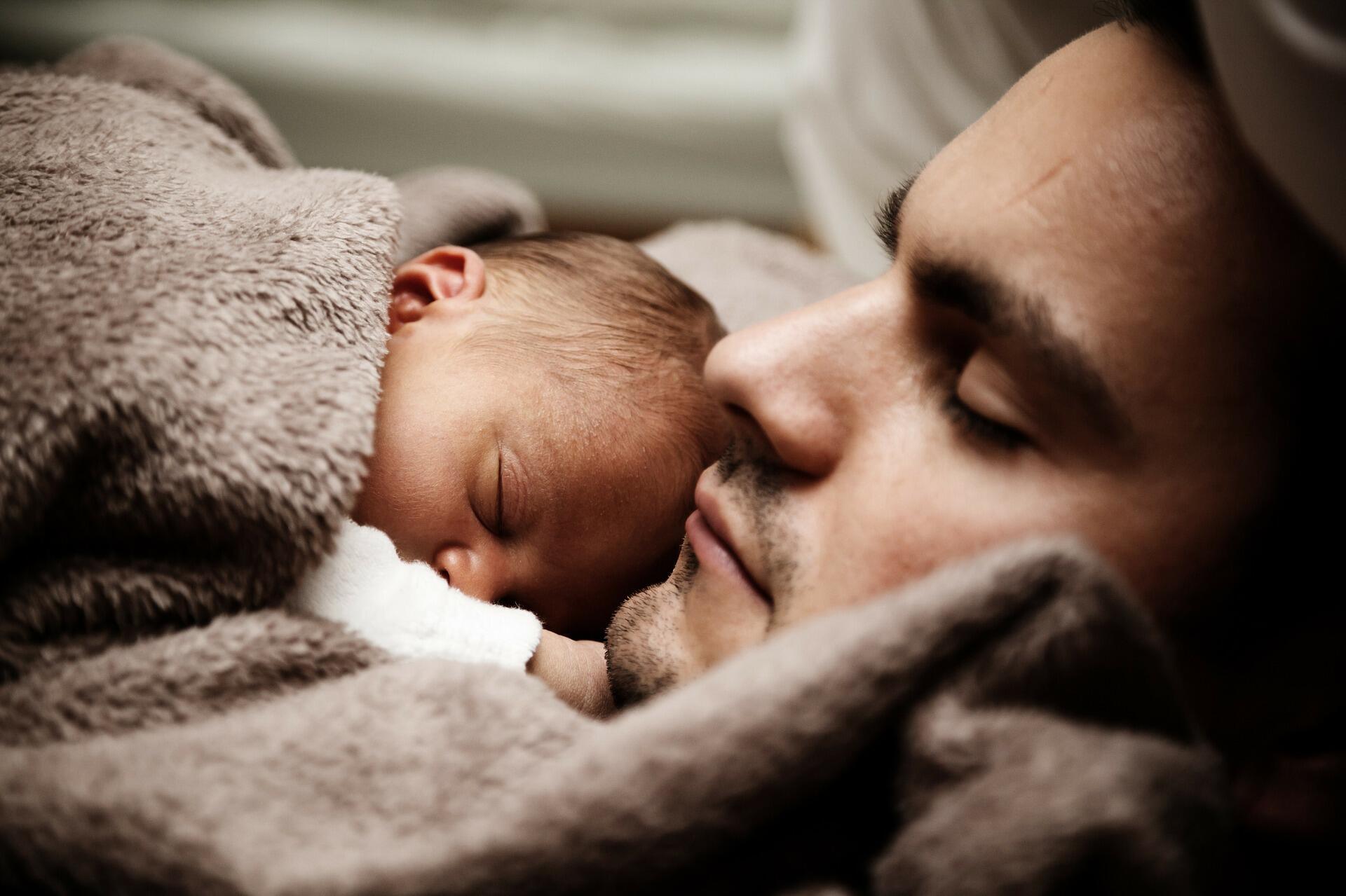 Como as mães, pais franceses podem pegar uma licença licença parental para cuidar dos filhos por até dois anos.