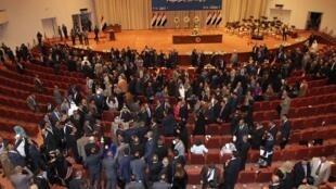 نمایندگان سنی و کرد عراق به نشانۀ اعتراض نشست مجلس را ترک می کنند