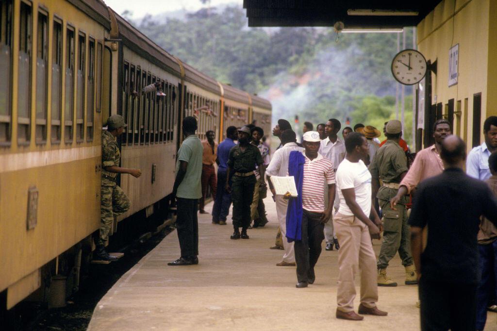 Gabon - Transgabonais dans une gare en 1987