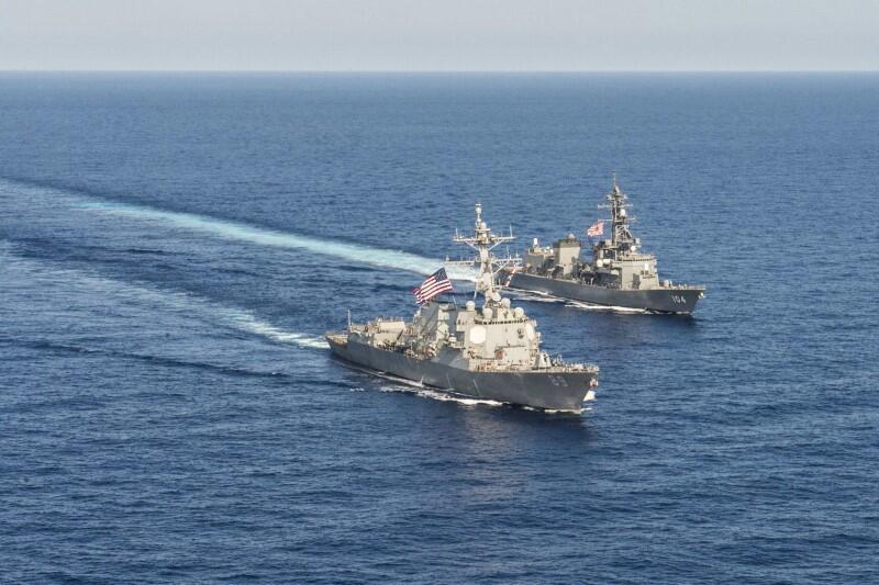 Tàu chiến Mỹ USS Mustin ( trái) và chiến hạm Nhật Bản  JS Kirisam trong một lần thao dượt chung tại Biển Đông ngày 21/04/2015.