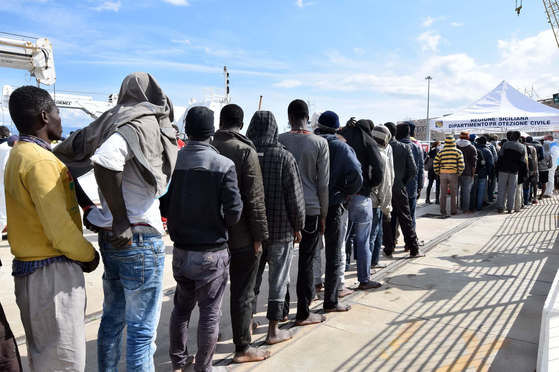 Des migrants au port de Messina, en Sicile, en mars 2016.