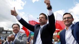Le maire de Varsovie, Rafal Trzaskowski, espère pouvoir compter sur un report des voix du premier tour pour battre le président sortant Andrzej Duda au second tour de l'élection présidentielle.